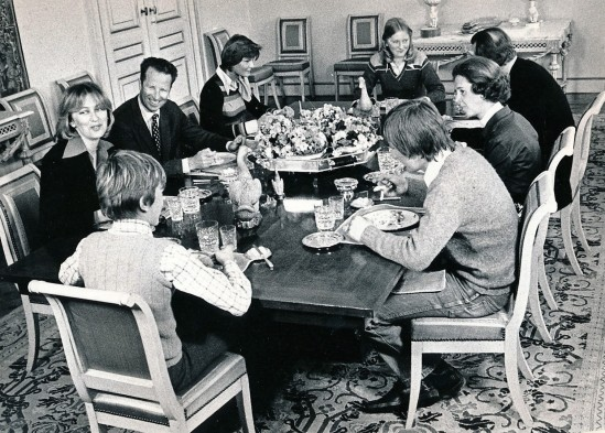 At the palace of Laeken, which is the familiar residence of the royal couple of Belgium, am intimate family dinner. Around the table: Prince Laurent (back), Princess Paola, King Baudouin, Princess Margaretha of Luxembourg, Princess Astrid, Prince Albert, Queen Fabiola and Prince Philippe.